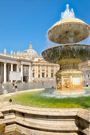 ROME,ITALY - JULY 21,2017 : The Basilica of Saint Peter at the Vatican and the beautiful fountains on the square Redactioneel