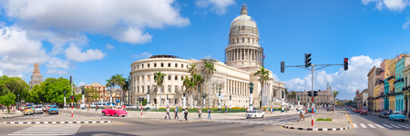 High resolution panoramic view of downtown Havana with the Capitol building and classic american cars Standard-Bild