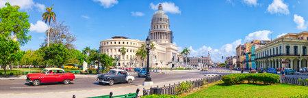Hochauflösender Panoramablick auf die Innenstadt von Havanna mit dem Kapitol und klassischen amerikanischen Autos