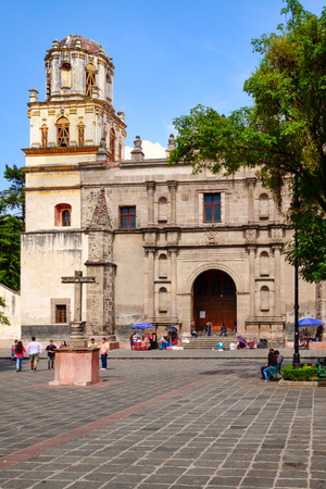 Colonial church at the historic neighborhood of Coyoacan in Mexico City Редакционное