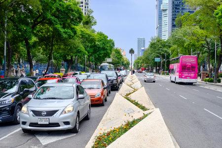 Traffic at Paseo de la Reforma in Mexico City Редакционное
