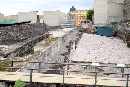 Pre-hispanic ruins of the aztec city of Tenochtitlan situated on the modern Mexico City Редакционное