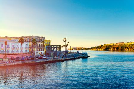 Sonnenuntergang in Havanna mit Blick auf das Meer, die Altstadt und die kolonialen Festungen über der Bucht