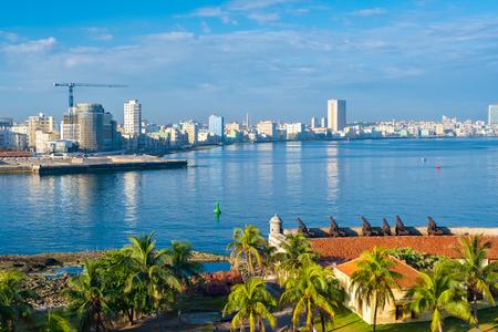 Die Skyline von Havanna an einem sonnigen Sommertag Standard-Bild