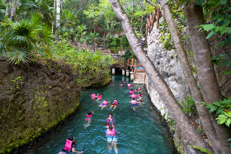 XCARET,MEXICO - APRIL 16,2019 : Visitors enjoying the underground river at the XCaret park on the Mayan Riviera Banque d'images - 122152317