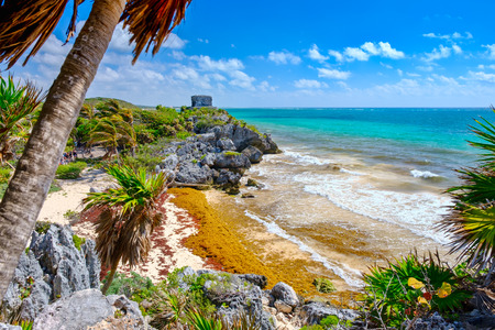Mayan ruins on top of a cliff and a beautiful tropical beach at the Tulum archeological site in Mexico Banque d'images - 122152318