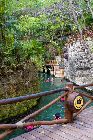 XCARET,MEXICO - APRIL 16,2019 : Visitors enjoying the underground river at the XCaret park on the Mayan Riviera Banque d'images - 122152320