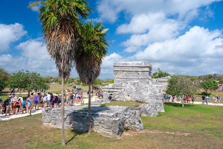 TULUM,MEXICO - APRIL 18,2019 : Visitors at the ancient mayan ruins of Tulum in Mexico Banque d'images - 122152321