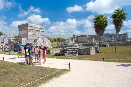 TULUM,MEXICO - APRIL 18,2019 : Visitors at the ancient mayan ruins of Tulum in Mexico Banque d'images - 122152326