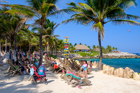 XCARET,MEXICO - APRIL 16,2019 : People relaxing at the beach on the XCaret park on a beautiful sunny day Banque d'images - 122152332