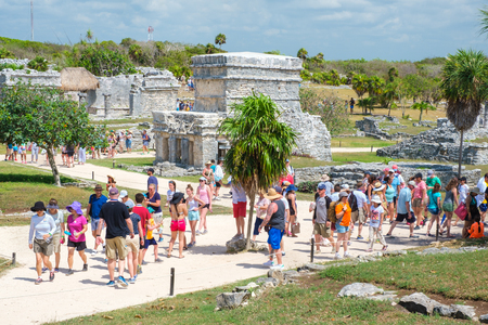 TULUM,MEXICO - APRIL 18,2019 : Visitors at the ancient mayan ruins of Tulum in Mexico Banque d'images - 122152340
