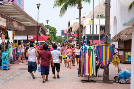 PLAYA DEL CARMEN,MEXICO - APRIL 14,2019 : Tourists and locals at the colorful 5th avenue, one of the main attractions in town Banque d'images - 122152418