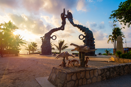 Parque Fundadores at dawn on the beautiful beach town of Playa del Carmen in Mexico Banque d'images - 122152420