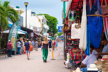 PLAYA DEL CARMEN,MEXICO - APRIL 14,2019 : Tourists and locals at the colorful 5th avenue, one of the main attractions in town Banque d'images - 122152422