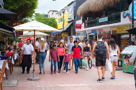 PLAYA DEL CARMEN,MEXICO - APRIL 14,2019 : Tourists and locals at the colorful 5th avenue, one of the main attractions in town Banque d'images - 122152423