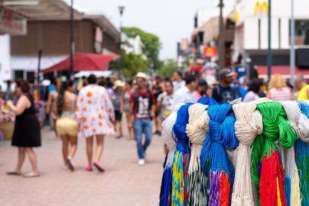 PLAYA DEL CARMEN,MEXICO - APRIL 14,2019 : Handicrafts for sale and tourists at the colorful 5th avenue, one of the main attractions in town Banque d'images - 122152424