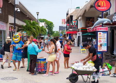 PLAYA DEL CARMEN,MEXICO - APRIL 14,2019 : Tourists and locals at the colorful 5th avenue, one of the main attractions in town Banque d'images - 122152425