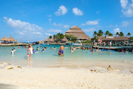XCARET,MEXICO - APRIL 16,2019 : Families at the beach at XCaret Park on the Mayan Riviera on a beautiful sunny day Banque d'images - 122152426