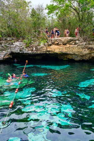 QUINTANA ROO, MEXICO - APRIL 15,2019 : Locals and tourists enjoying an open air cenote at the Yucatan jungle in Mexico Banque d'images - 122152878