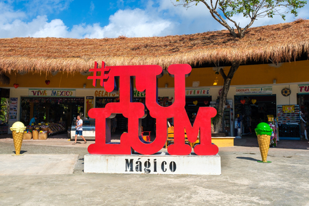 TULUM,MEXICO - APRIL 18,2019 :  Sign at the entrance of a traditional souvenirs shop at Tulum in the Mayan Riviera Banque d'images - 122152880