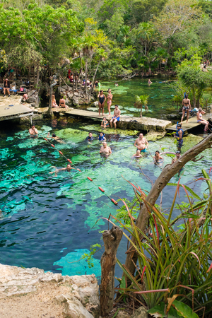 QUINTANA ROO, MEXICO - APRIL 15,2019 : Locals and tourists enjoying an open air cenote at the Yucatan jungle in Mexico Banque d'images - 122152882