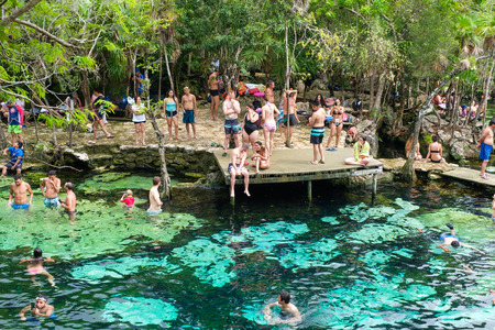 QUINTANA ROO, MEXICO - APRIL 15,2019 : Locals and tourists enjoying an open air cenote at the Yucatan jungle in Mexico Banque d'images - 122152883