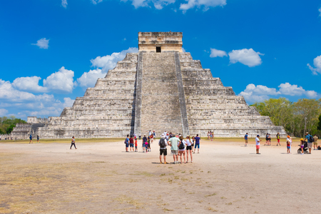 Tourists next to the Pyramid of Kukulkan on a beautiful day at the ancient mayan city of Chichen Itza Banque d'images - 123342133