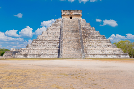 The pyramid of Kukulkan at the ancient mayan city of Chichen Itza in Mexico Banque d'images - 123326275