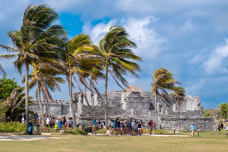 Visitors at the ancient mayan ruins of Tulum in Mexico Banque d'images - 123342134