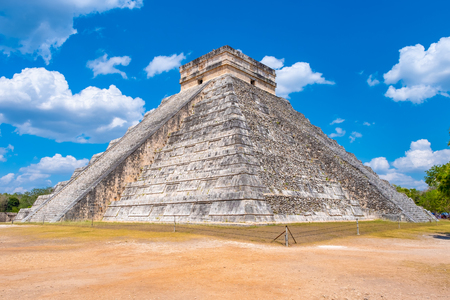 The pyramid of Kukulkan at the ancient mayan city of Chichen Itza in Mexico Banque d'images - 123326313