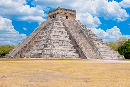 The pyramid of Kukulkan at the ancient mayan city of Chichen Itza in Mexico Banque d'images - 123326318