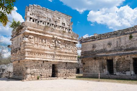 Tempel met gedetailleerd houtsnijwerk in de oude Maya-stad Chichen Itza in Mexico