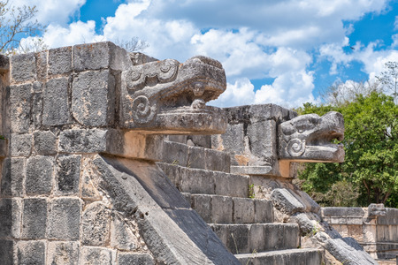 Temple with the head of the snake god Kukulkan at the ancient mayan city of Chichen Itza Banque d'images - 123326373