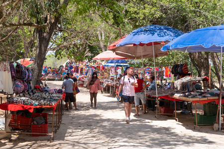 Handicraft market selling traditional mexican souvenirs at Chichen Itza Banque d'images - 123342137