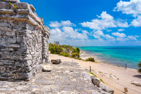 Mayan ruins next to the ocean at the ancient city of Tulum in Mexico Banque d'images - 123326378