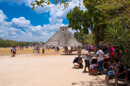 Tourists next to the Pyramid of Kukulkan on a beautiful day at the ancient mayan city of Chichen Itza Banque d'images - 123342139