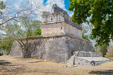 Old temple in the jungle at the ancient mayan city of Chichen Itza in Mexico Banque d'images - 123326508