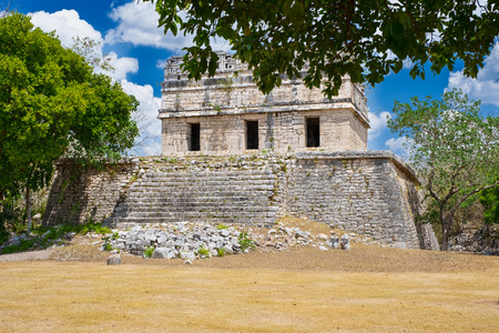 Old temple in the jungle at the ancient mayan city of Chichen Itza in Mexico Banque d'images - 123326625