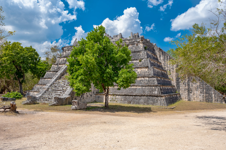 Old pyramid in the jungle at the ancient mayan city of Chichen Itza in Mexico Banque d'images - 123326792