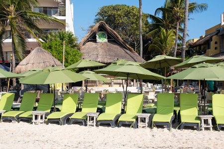 Beach Club by the seaside at the touristic city of Playa del Carmen on the Mayan Riviera Banque d'images - 123342176