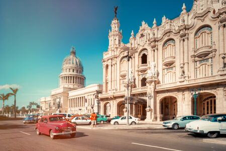 Zabytkowe samochody obok Kapitolu i Teatru Wielkiego w Hawanie