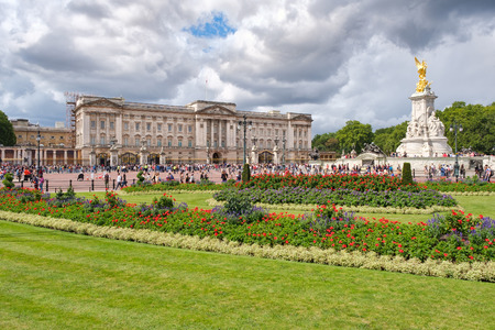 Buckingham Palace and its colorful gardens in London Redakční