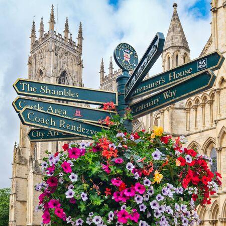 Cartel de la calle con direcciones a lugares de interés en la ciudad inglesa de York, con la Catedral de York al fondo