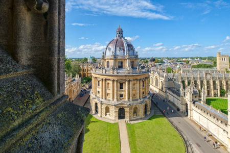 The city of Oxford and the Radcliffe Camera, a symbol of the University of Oxford Фото со стока - 134881925