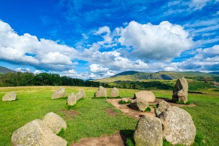 El antiguo círculo de piedra de Castlerigg cerca de Keswick en el Lake District en Inglaterra, en un hermoso día de verano