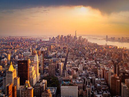 Vue aérienne de New York illuminée par le soleil levant Banque d'images