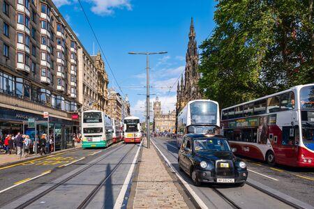 Princes Street in Edinburgh on a sunny summer day Standard-Bild