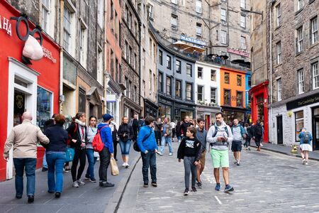 Colorful shopfronts and tourists at the famous Victoria Street in Edinburgh Standard-Bild