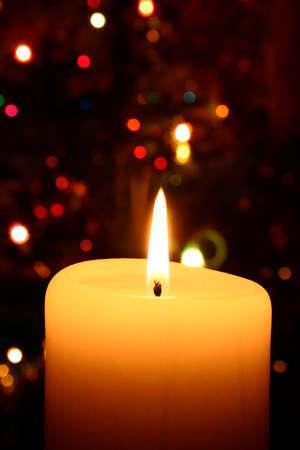 luz de velas: vela de navidad - �rbol de Navidad en el fondo  Foto de archivo
