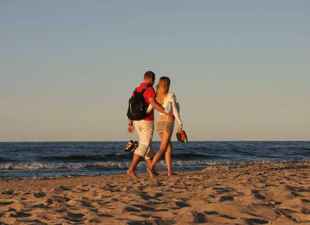 pareja durante un paseo a la playa Foto de archivo - 356262